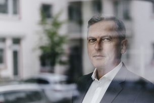 Businessman looking out of windowの写真素材 [FYI04347746]
