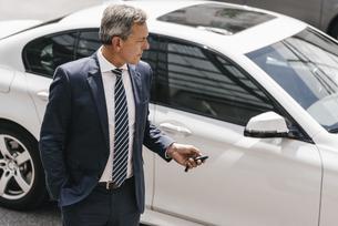 Businessman using remote control key of carの写真素材 [FYI04347757]