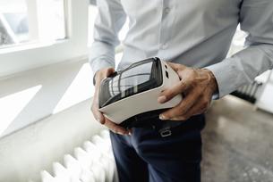 Businessman holding VR glassesの写真素材 [FYI04347824]