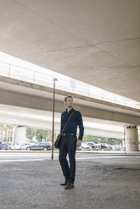 Businessman standing at underpass looking aroundの写真素材 [FYI04347851]