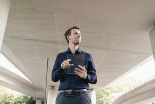 Businessman using portable glass deviceの写真素材 [FYI04347862]