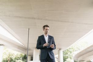 Businessman using portable glass deviceの写真素材 [FYI04347865]