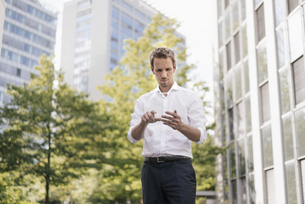 Businessman using portable glass device in front of office bの写真素材 [FYI04347904]