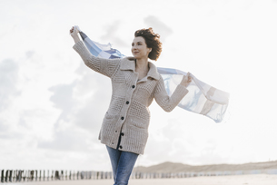 Woman with cloth on the beachの写真素材 [FYI04347929]