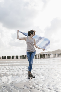 Woman with cloth on the beachの写真素材 [FYI04347933]