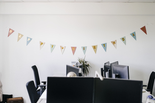 Birthday decoration in an officeの写真素材 [FYI04348094]