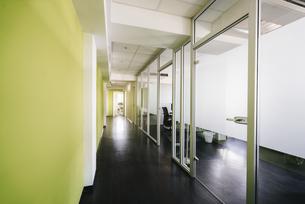 Corridor in an office buildingの写真素材 [FYI04348109]