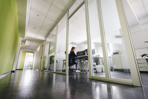 Woman working in modern officeの写真素材 [FYI04348111]