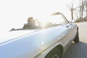 Germany, Hamburg, Mid adult man driving vintage car near Elbの写真素材 [FYI04348295]