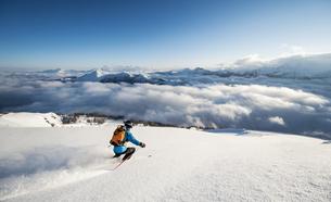 Austria, Salzburg, Mid adult man skiing in mountain of Altenの写真素材 [FYI04348561]