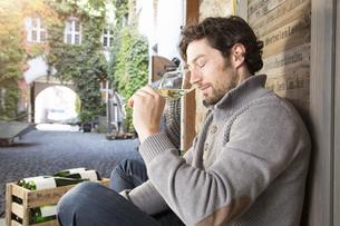Man tasting wine at wine estateの写真素材 [FYI04349209]