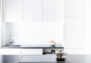 Modern kitchen, pot on cookerの写真素材 [FYI04349264]