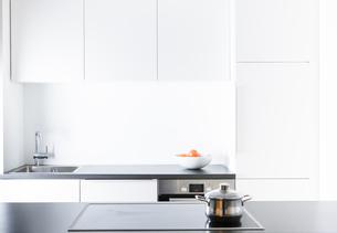 Modern kitchen, pot on cookerの写真素材 [FYI04349264]