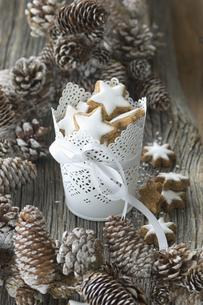 Cup of cinnamon stars and Christmas decorationの写真素材 [FYI04349418]