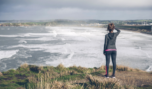 Sporty mid adult woman on cliff looking at seaの写真素材 [FYI04349969]