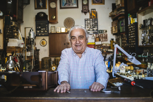 Watchmaker in his old horological smilingの写真素材 [FYI04349991]