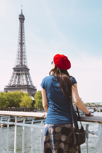 France, Paris, back view of woman wearing red beret lookingの写真素材 [FYI04350108]