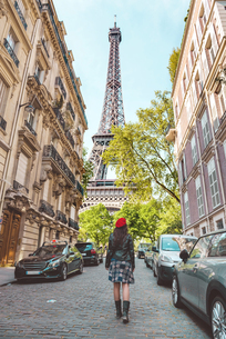 France, Paris, Eiffel Tower among the buildings, nearby streの写真素材 [FYI04350149]