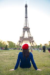 France, Paris, Champ de Mars, back view of woman sitting onの写真素材 [FYI04350151]
