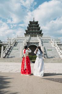 South Korea, Seoul, tow women wearing traditional Korean dreの写真素材 [FYI04350664]