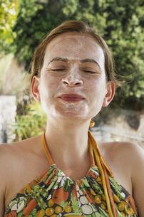 Greece, Ionian Islands, Ithaca, Mid adult woman in face treaの写真素材 [FYI04350851]