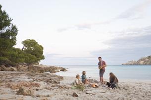 Spain, Mallorca, Friends at camp fire on beachの写真素材 [FYI04350888]