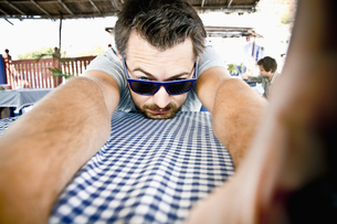 India, Jodhpur, Mid adult man waiting in restaurantの写真素材 [FYI04350892]