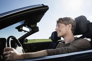 Germany, Bavaria, Mid adult man in carの写真素材 [FYI04351002]