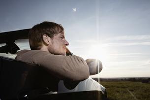 Germany, Bavaria, Mid adult man in carの写真素材 [FYI04351011]