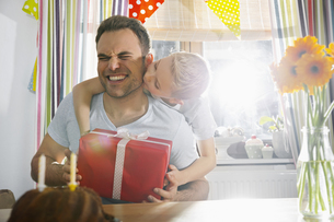 Son surprising his father with birthday presentの写真素材 [FYI04351803]