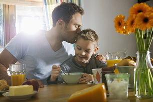 Father and son having breakfast togetherの写真素材 [FYI04351814]