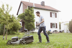 Man mowing the lawnの写真素材 [FYI04352415]