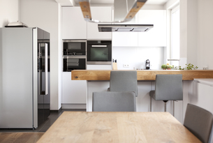 Modern open plan kitchenの写真素材 [FYI04352724]