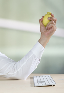 Mid adult man pressing lemonの写真素材 [FYI04353161]