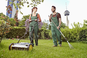 Germany, Cologne, Young couple gardening, smilingの写真素材 [FYI04353393]