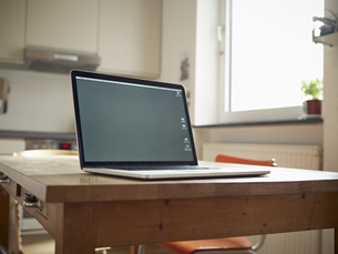 Laptop on kitchen tableの写真素材 [FYI04353650]