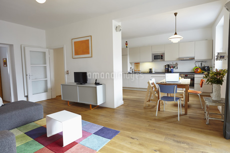 Interior of living room with open kitchenの写真素材 [FYI04353651]