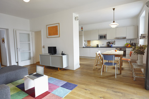 Interior of living room with open kitchenの写真素材 [FYI04353656]