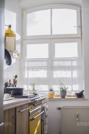Interior of a kitchen in sunlightの写真素材 [FYI04353737]