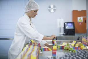 Woman packing flasks in medical factoryの写真素材 [FYI04355129]