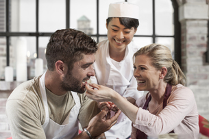 Couple tasting seeds in cooking classの写真素材 [FYI04355400]