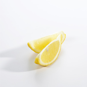 Lemon slices on white backgroundの写真素材 [FYI04355746]