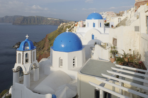Greece, View of classical whitewashed church at Oia villageの写真素材 [FYI04355977]