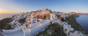 Greece, View of Oia village in sunset at Santoriniの写真素材 [FYI04355985]