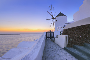 Greece, View of Oia village with traditional Greek windmillsの写真素材 [FYI04355986]