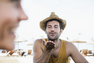 Spain, Mid adult man blowing kiss to womanの写真素材 [FYI04356017]