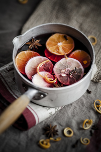 Casserole with mulled wine, slices of lemons and oranges andの写真素材 [FYI04356128]