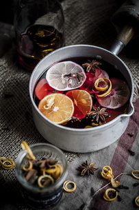 Casserole with mulled wine, slices of lemons and oranges andの写真素材 [FYI04356130]