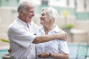 Happy senior couple in a retirement villageの写真素材 [FYI04356685]