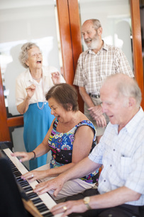 Senior people making music in a retirement villageの写真素材 [FYI04356689]